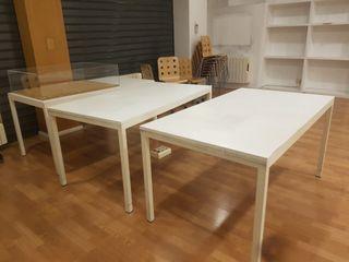 3 mesas blancas de oficina.