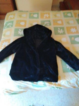 abrigo corto con capucha de pelo