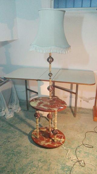 lámpara de pie con mesa incorporada años 50