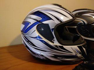 Dos cascos de moto