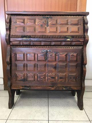 Mueble auxiliar de madera tallada
