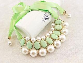 Collar verde con perlas blanca
