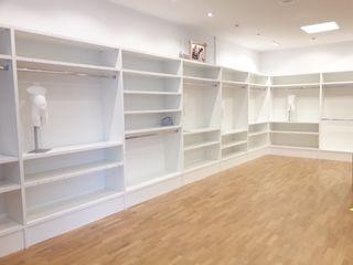 Mobiliario para tiendas: Estanterías blancas.