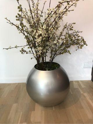 Florero de diseño con flores