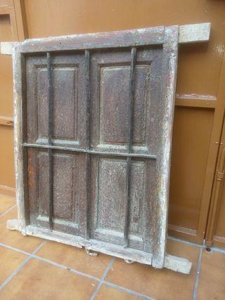 ventana muy antigua de madera