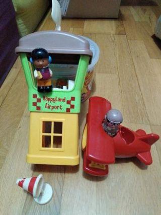 Avión y torre de control con muñecos