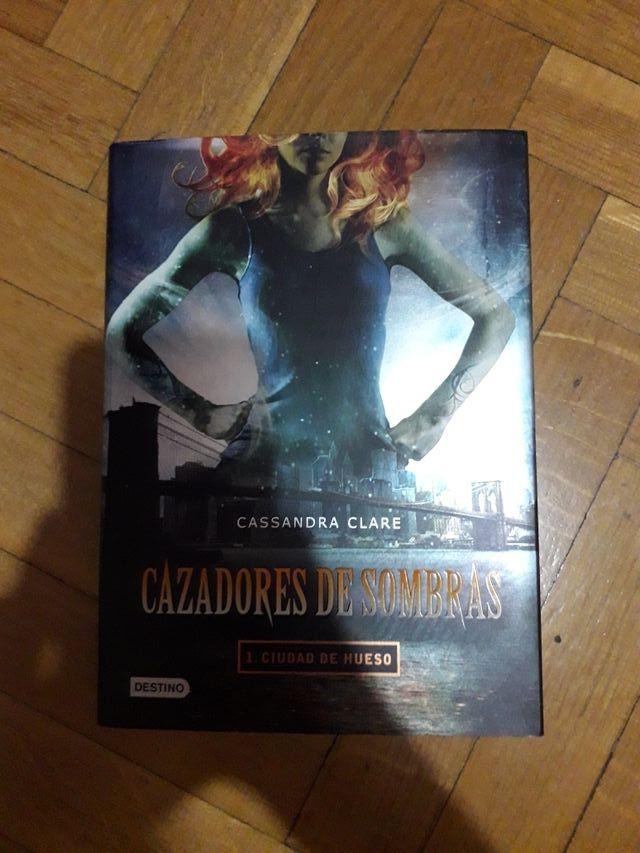 """Libro """"Cazadores de sombras 1: Ciudad de hueso"""""""