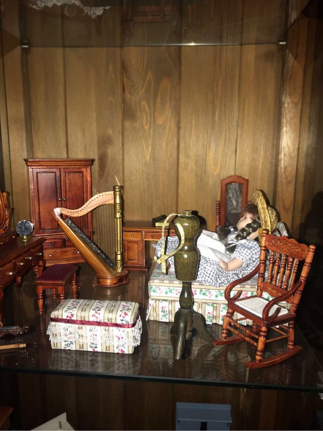 Muñecas miniatura y muebles