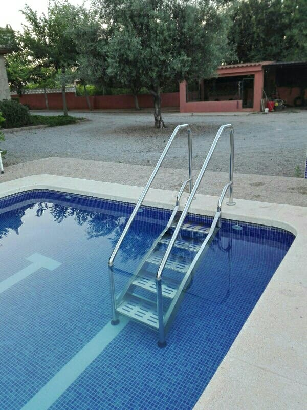 Escaleras facil acceso piscinas en mislata en wallapop for Escalera piscina