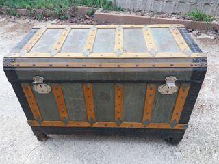 baúl antiguo de madera y hierro buen estado