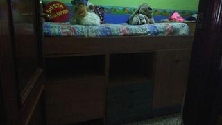 Cama dormitorio con baúl y mesita