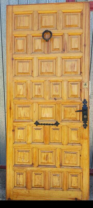 Puerta de cuarterones de madera de pino.