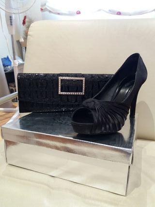 zapato de raso negro y bolso