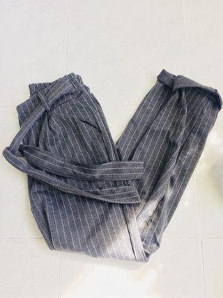 Pantalon gris rallas