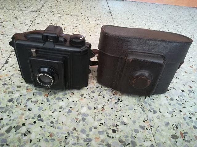Cámara fotográfica analógica con su funda