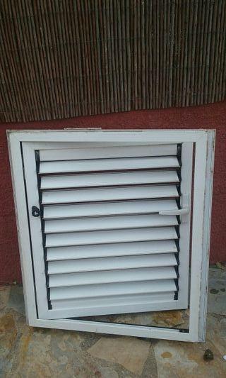 ventana de aluminio con lamas movibles