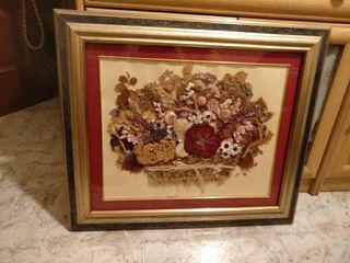 Cuadro de flores secas con marco de madera.