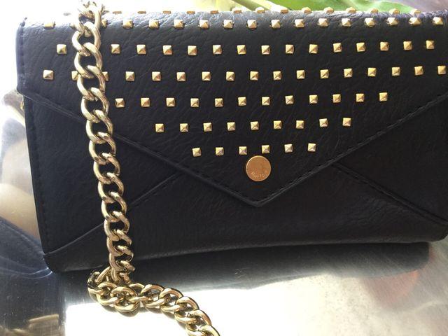 Bolso negro detalles dorados