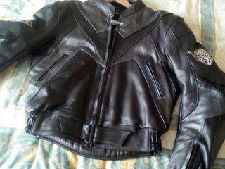 cazadora moto de piel,mas casco ,mas guantes
