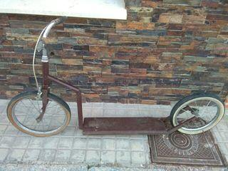 Patinete de ruedas grandes y largo