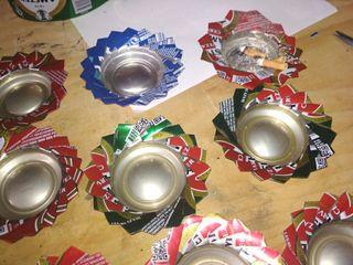 Ceniceros hechos con latas de refrescos