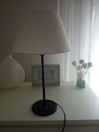 Lámpara Ikea. Pie y Pantalla color beige. Nueva.