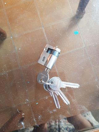 cerradura con 4 llaves