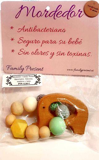 Mordedor de madera de diseño Family Present