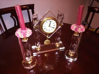 reloj de metraquilato con dos candelabros y velas