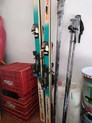 Pareja de skis con botas y palos