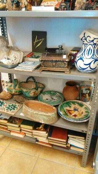 muchas cosas de coleccionismo y antiguedades.