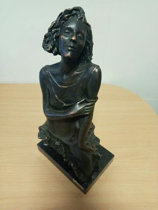 Escultura de mujer de A. Paor