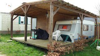 Caravana con cabaña de madera