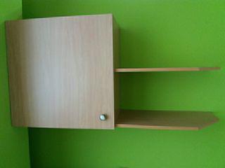 Mueble de pared con estantes.