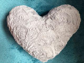Cojín forma corazón gris.