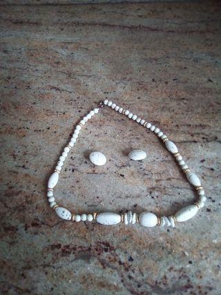 collar de perlas y pendientes