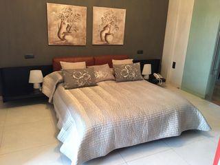 Dormitorio de madera color wengue con mesilas