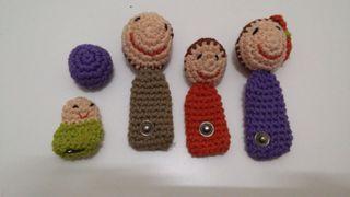 Marionetas de dedo, hechas de croché. Familia