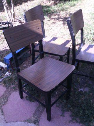 Cuatro sillas de hierro
