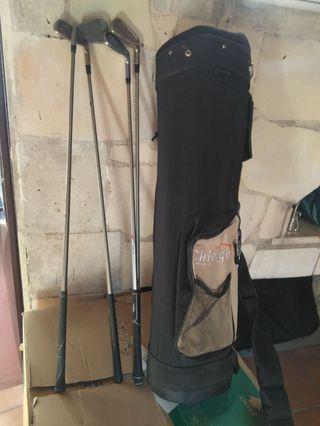 palos de golf y mochila