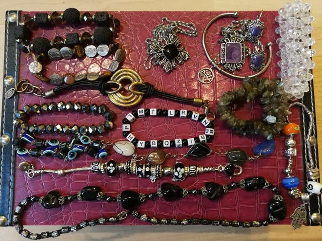 5e378c0f2ba6 Lote pulseras collares bisutería de segunda mano por 7 € en ...