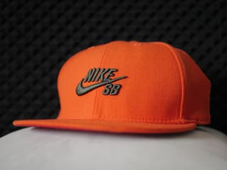 Gorra Nike SB Fitted: BASIC ORANGE/GREEN