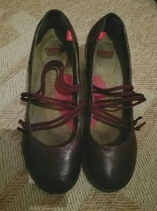 Zapatos salón marrón Camper. T. 37 de segunda mano por 16