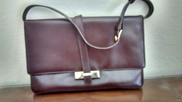 709538ad6 Cartera tipo bolso color marron de piel de segunda mano por 25 € en ...