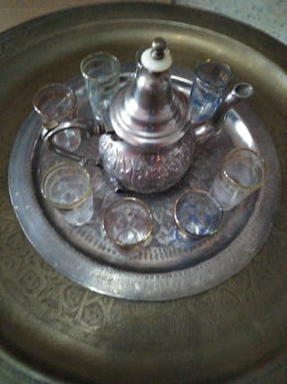 mesa de té marroquí y asientos (puff)