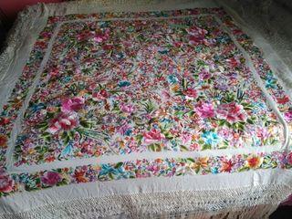 Manton de manila de seda natural y bordado a mano