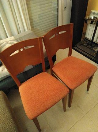 sillas de madera...