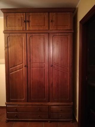 Armario vestidor y mesa extensible de madera