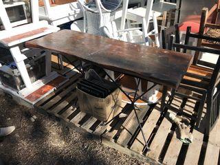 Mesa de madera maciza y base de hierro