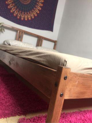 Estructura de cama con colchón
